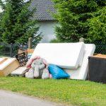 住宅前に置かれた粗大ゴミ