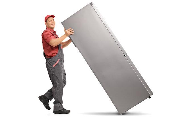 冷蔵庫を運ぶ不用品回収業者