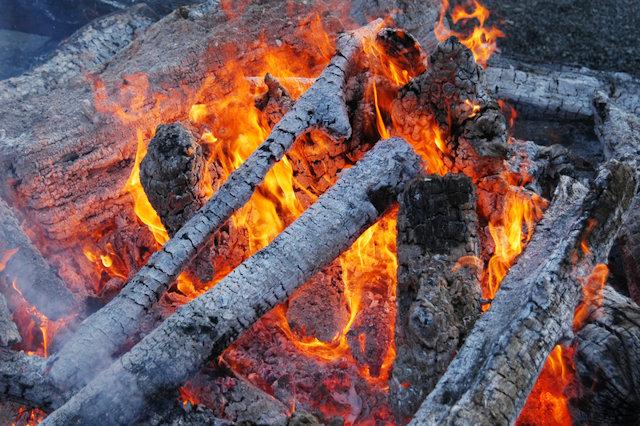 ウッドデッキを焼却処分するイメージ