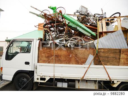 トラックに満載の不用品