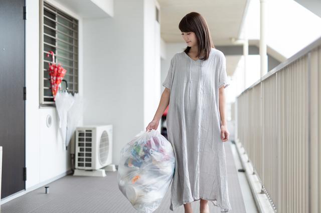 ゴミを出す主婦の女性