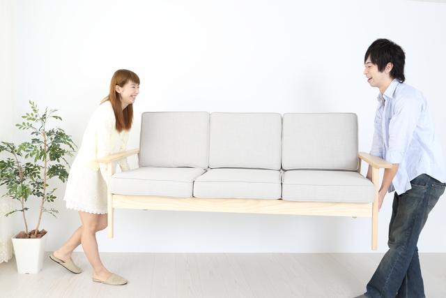ソファを運ぶ男女
